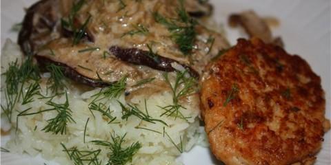 Рибні котлетки з рисом і соусом з лісових грибів