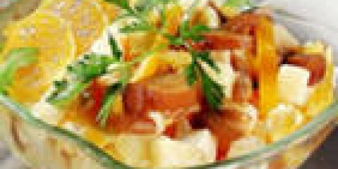 Салат з глив, курячого м'яса, яєць і огірків